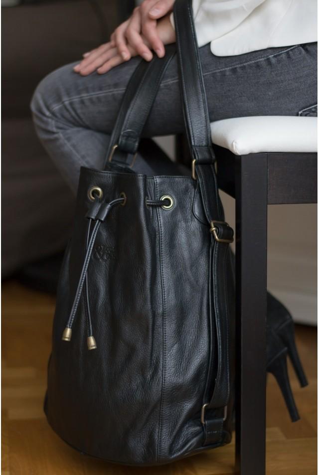 a7cecf2c35 Sac à main pratique en cuir noit convertible en sac à dos féminin.
