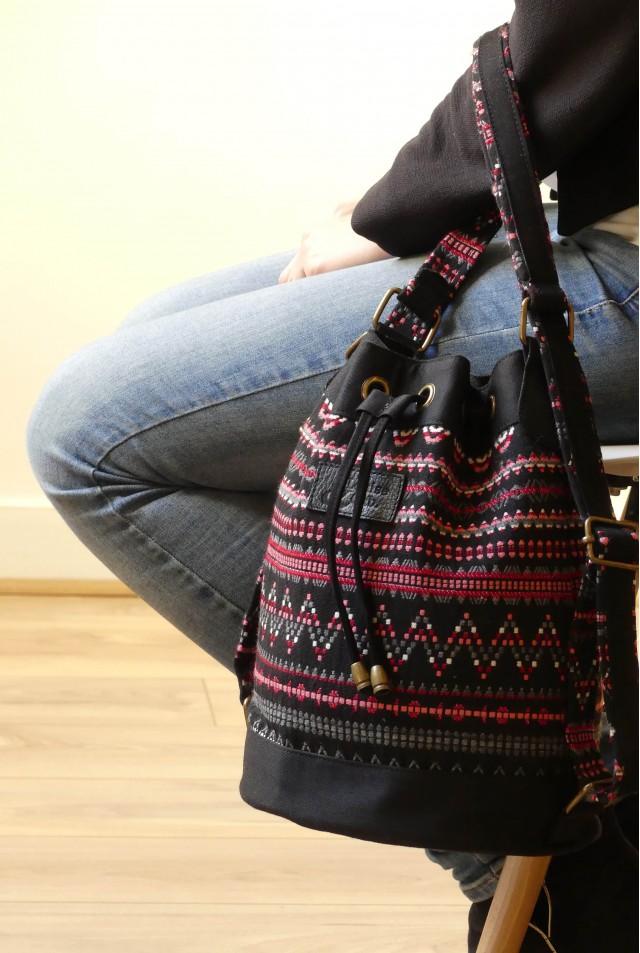 Lou - Tissu ethnique noir à détails rose